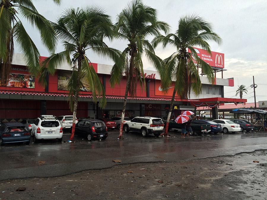 Direkt auf der Grenze zu Panama - die City Mall in Paso Canoas