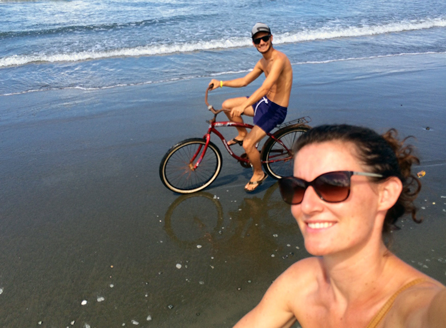 Mit dem Fahrrad über den Strand von Playa Zancudo
