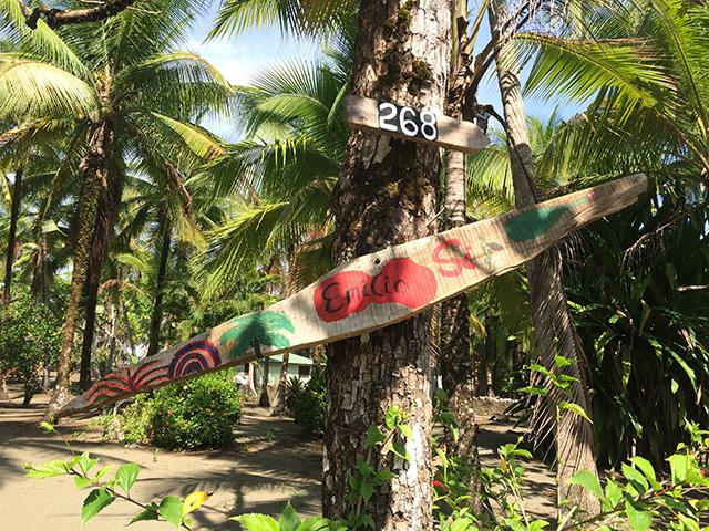 Emilio's Schild vor den Häusern in Playa Zancudo