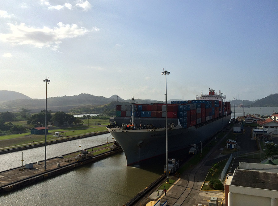 Containerschiff in den Miraflores Locks