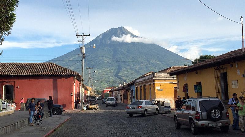 Die Straßen Antigua mit Blick auf den Vulkan Agua
