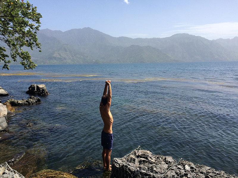 Erfrischendes Bad am Lago Atitlán am frühen Morgen