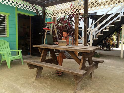 Arbeiten im Garten des Sea n Sun Guesthouse auf Caye Caulker