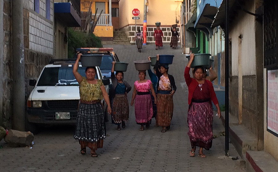 Traditionelle Gewänder der Maya Frauen