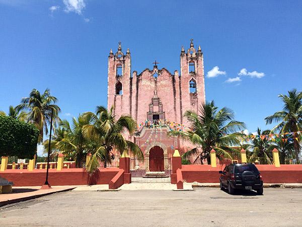Typische Kirche in einem kleinen Dorf unweit von Mérida