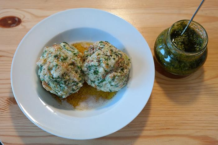 Spinatknödel gehören in Südtirol mit auf die Speisekarte