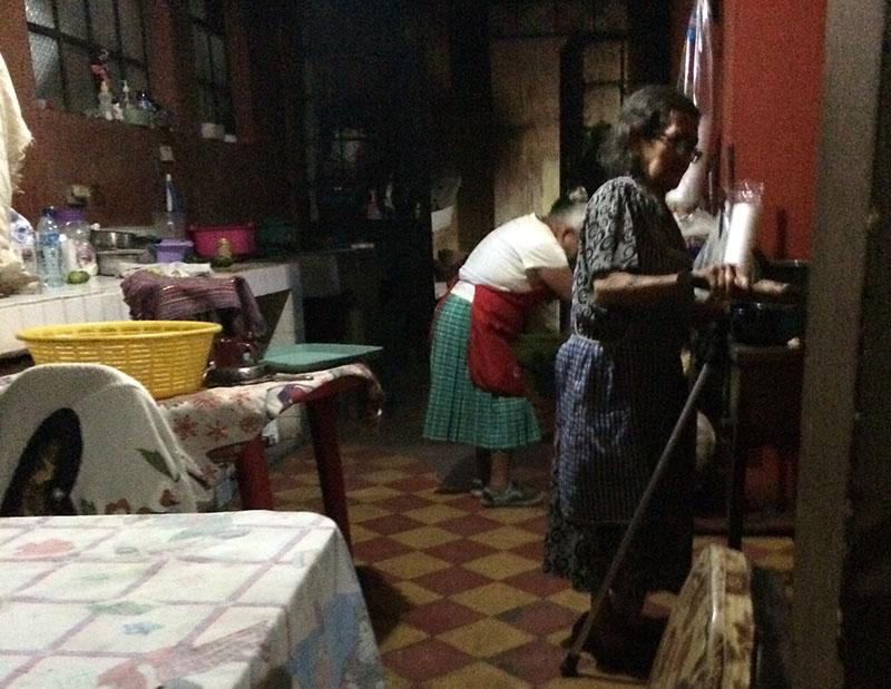 Die Köchinnen im Tienda la Canche in Antigua, Guatemala