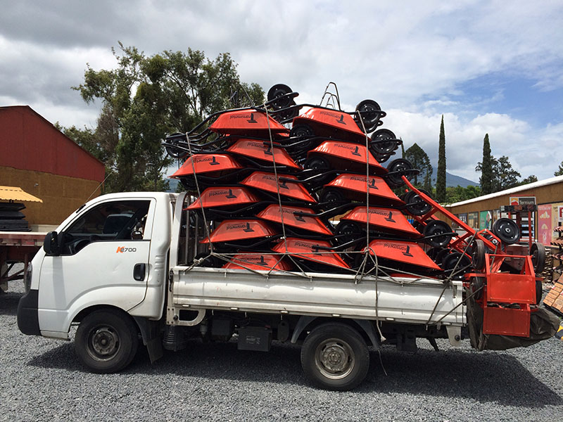 Fahrzeug mit Schubkarren in Antigua, Guatemala