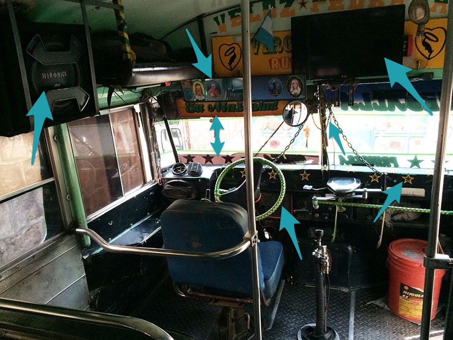 Chicken Bus in Mittelamerika - so sitzt der Fahrer