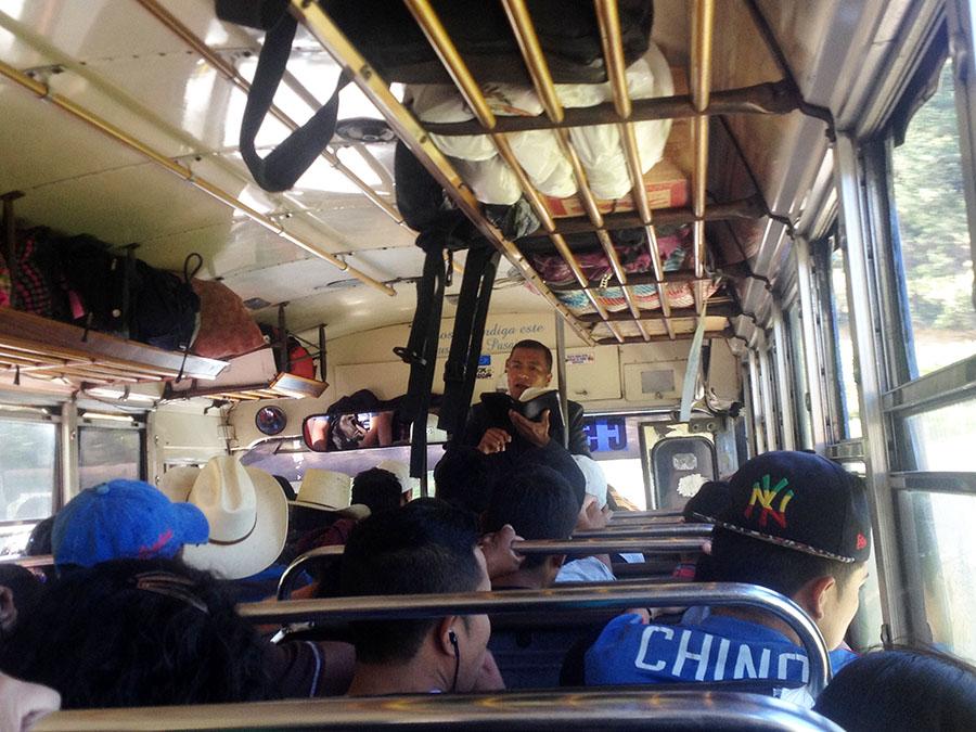 Chickenbus - Fahrt durch Guatemala - auch der Pfarrer ist an Bord
