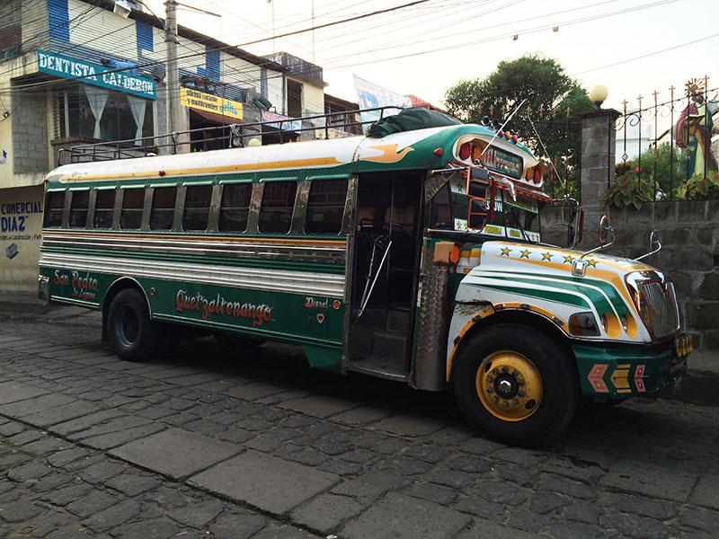 Chicken Bus nach Xela an der Haltestelle von San Pedro La Laguna am Lago Atitlán