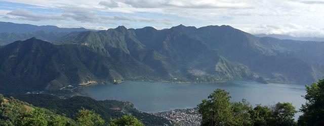 Ausblick vom Volcano San Pedro auf den Lago Atitlán in Guatemala