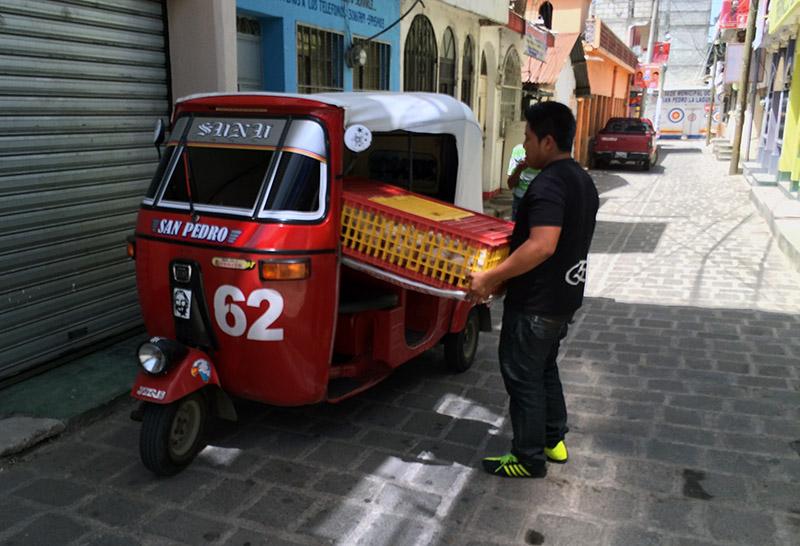 Tut Tucs sind die Haupttransportmittel in den Dörfern am Lago Atitlán