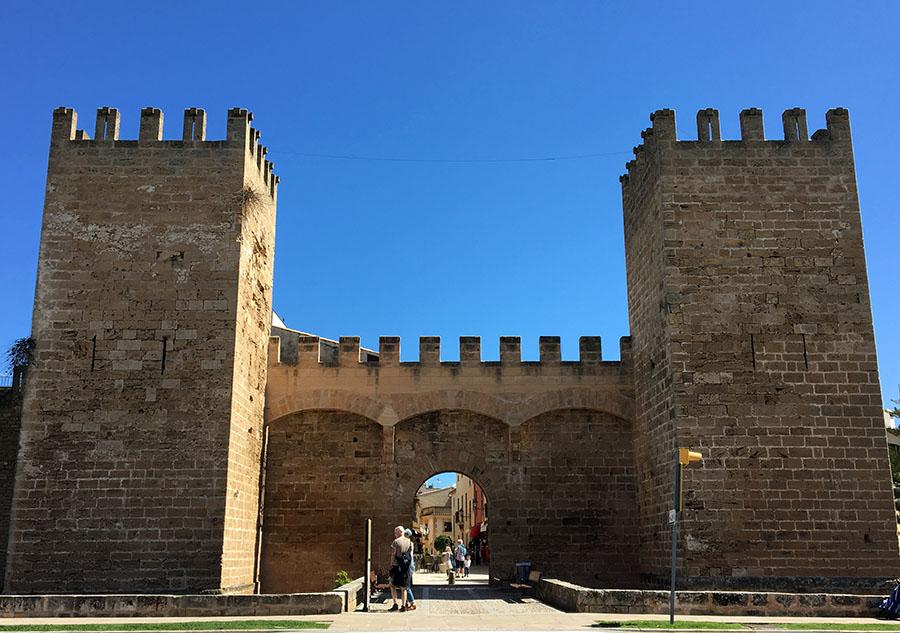 Das mächtige Stadttor von Alcúdia, Mallorca