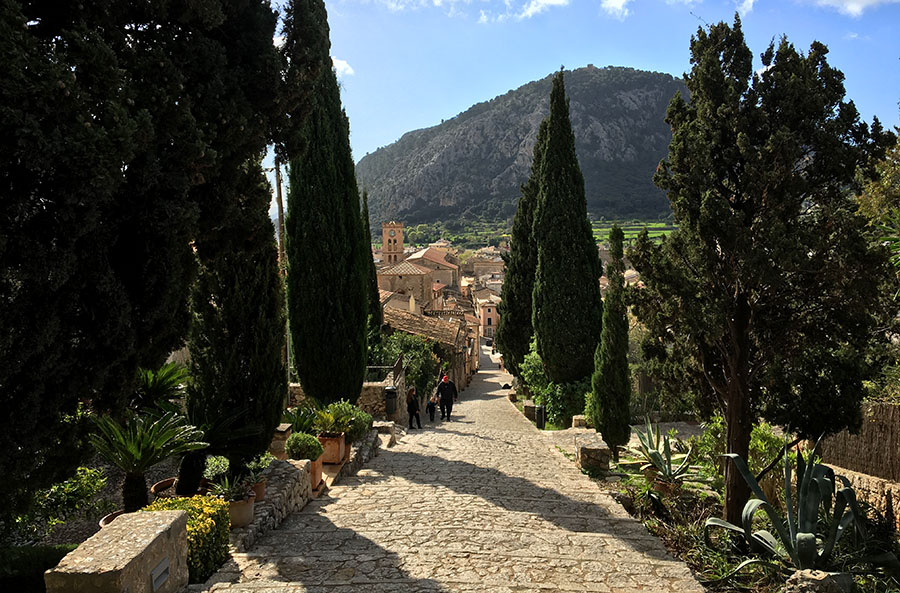 "Aussicht über die Treppe des Berges Berg ""El Calvari"" in Pollença, Mallorca"