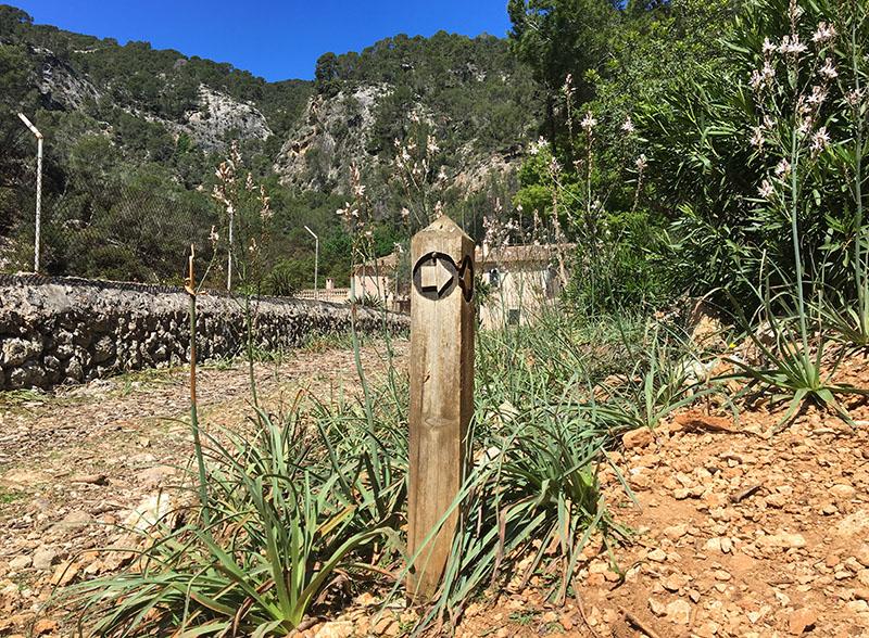 Auf dem Weg zum Avenc de Son Pou findest du Markierungen entlang des Weges