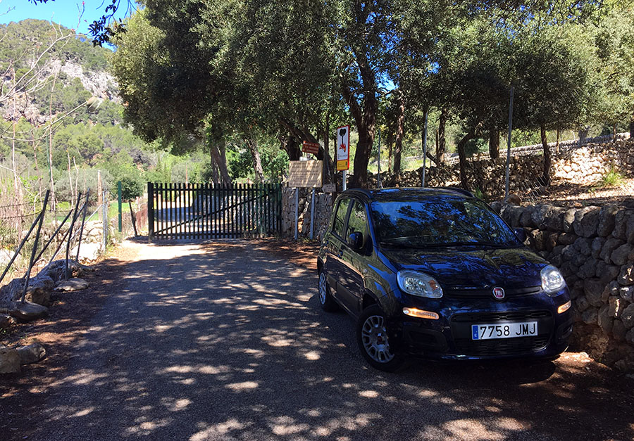 Parkplatz vor dem Tor der Finca Son Oliver, Santa Maria del Cami, Mallorca