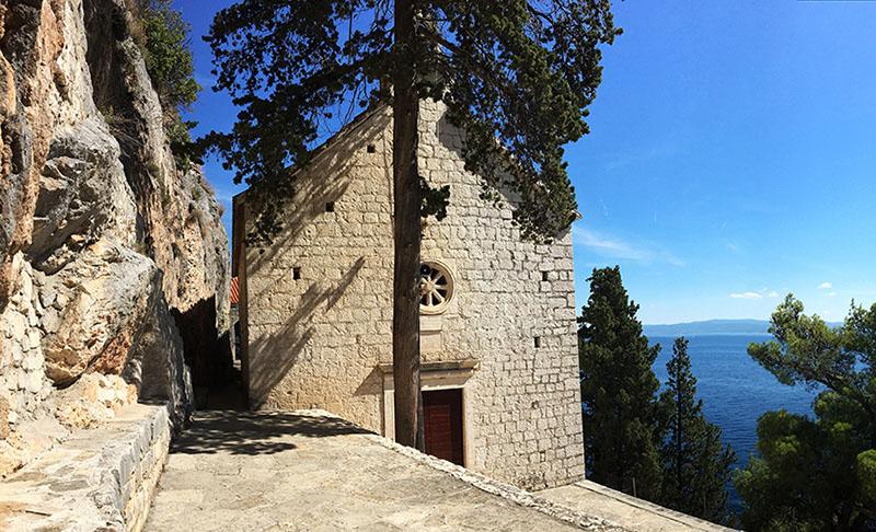 Die kleine Kirche Prizidnica am Felsen auf der Insel Čiovo in Kroatien
