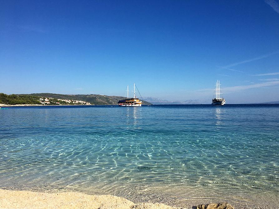 Das glasklare Wasser am Strand beim Autocamp Labadusa auf der Insel Ciovo in Kroatien.