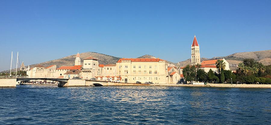 Die Weltkulturerbe Stadt Trogir vor Čiovo in Kroatien