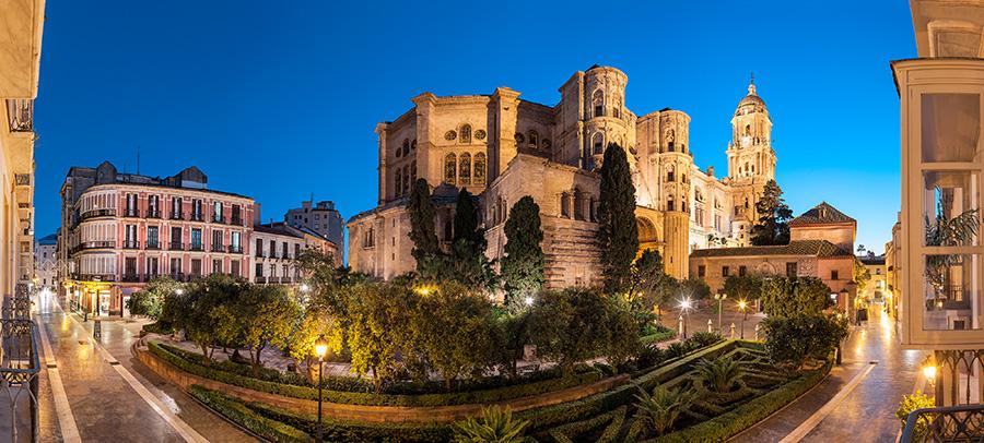 Die Kathedrale und der hübsche Patio de los Naranjos bei Nacht