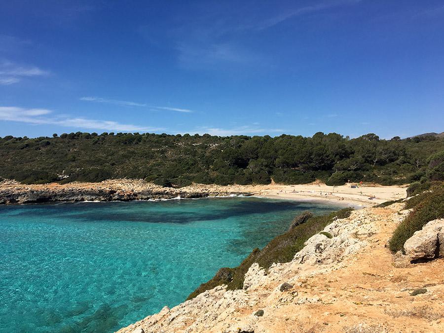 Ausblick auf die Cala Varques an der Ostküste Mallorcas.