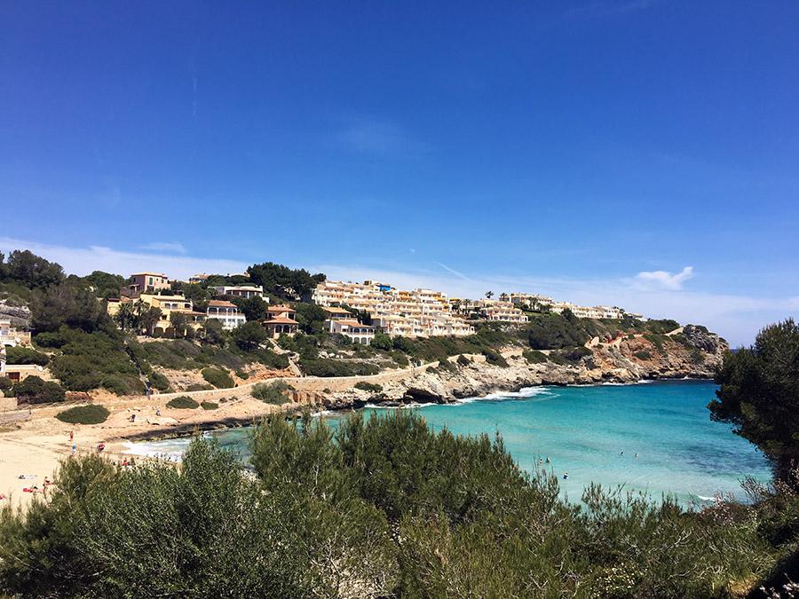 Der Blick von oben auf die Cala Romantica an der Ostküste Mallorcas.