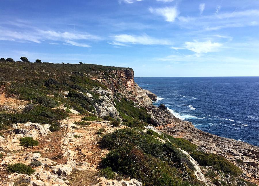Der Küste entlang von der Cala Romantica zur Cala Varques