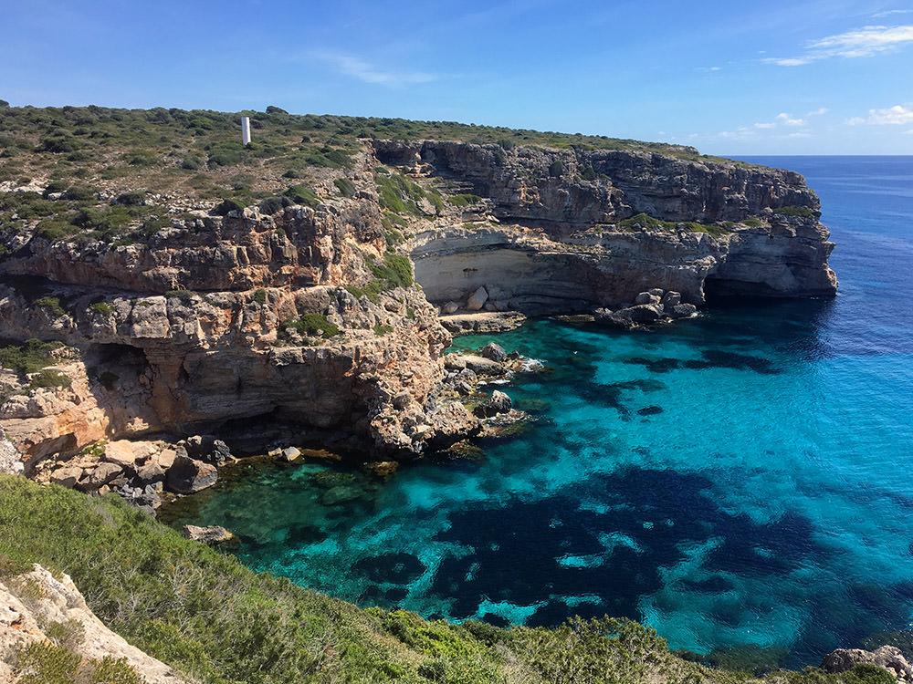 Die hübsche Cala Figuereta bei der Wanderung zur Marmorbucht Calo des Marmols an der Ostküste von Mallorca