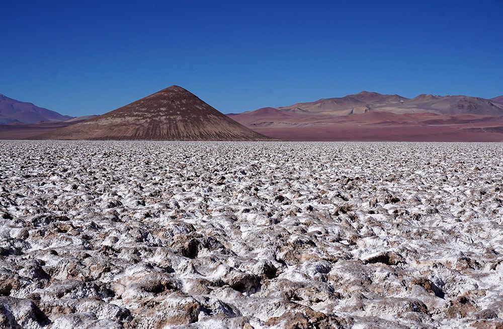 Der Cono de Arita, eine Pyramide mitten in der Salzwüste Salar de Arizaro in der Puna von Argentinien