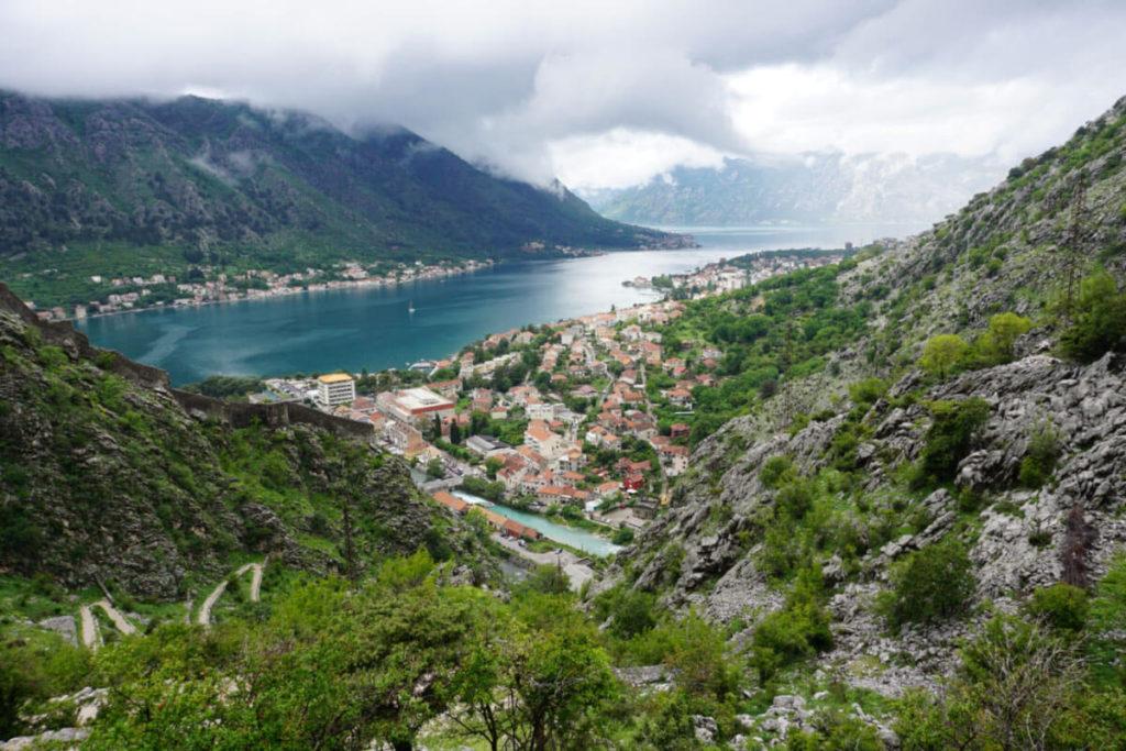 Ausblick auf die Bucht von Kotor in Montenegro