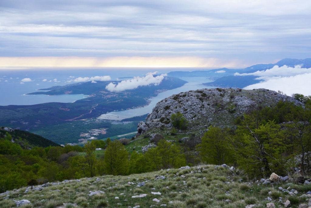 Ausblick vom Lovćen Nationalpark hoch über der Bucht von Kotor in Montenegro