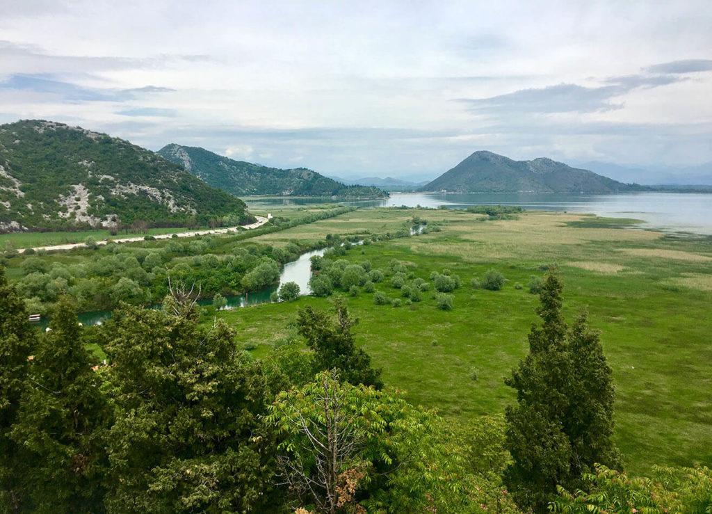 Ausblick von Virpazar auf den Skutari See in Montenegro