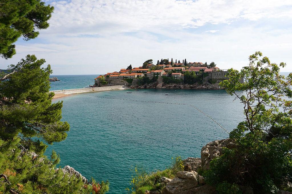 Blick auf die Insel Sveti Stefan an der Küste von Montenegro