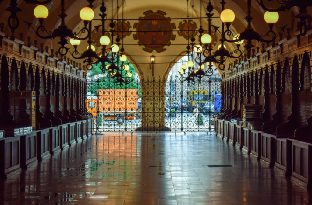 In den geschlossenen Tuchhallen auf dem Krakauer Hauptplatz