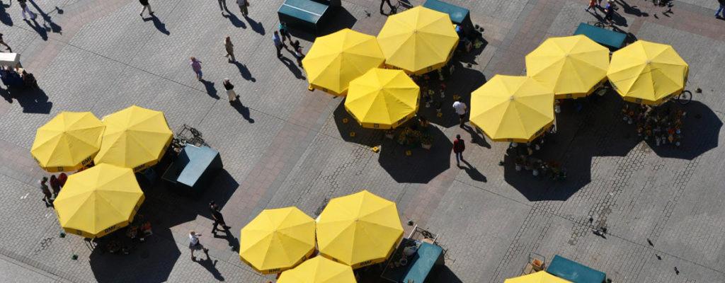 Die typisch gelben Schirme auf dem Hauptplatz von Krakau