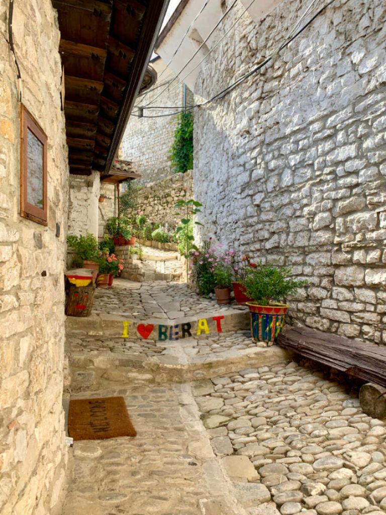 Die urigen Straßen von Berat (Albanien)