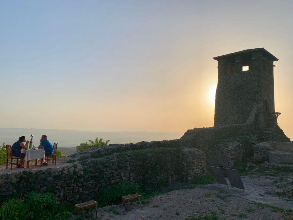 Romantische Sonnenuntergangsmomente auf der Burgmauer von Kruja