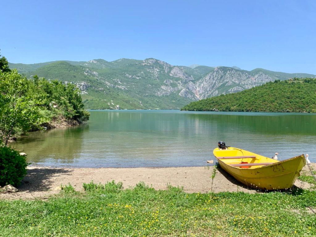 Schöner Ausblicke am See zwischen Shkodra und Koman