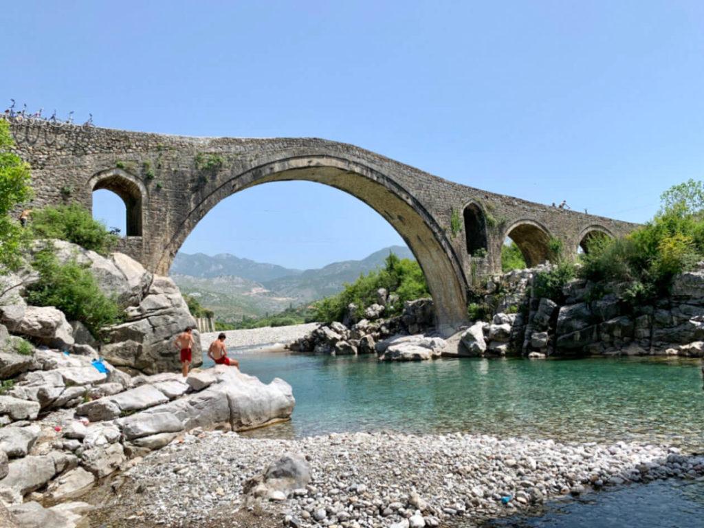 Ein Ausflug in die Umgebung von Shkodra - die Ura e Mesit Steinbrücke