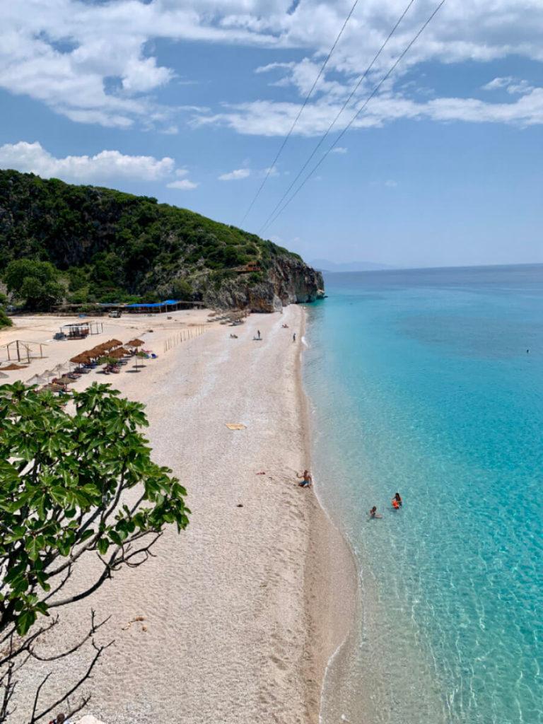 Blick auf den Strand von Gjipe an der albanischen Riviera