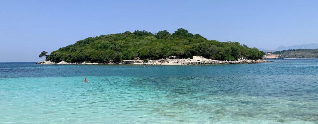 Herrliche Blautöne an der Küste bei Ksamil an der albanischen Riviera
